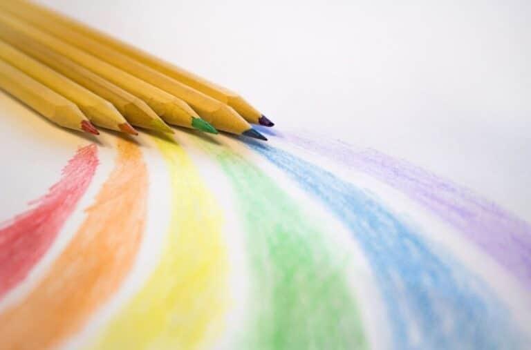 arc en ciel dessiné aux crayons de couleurs